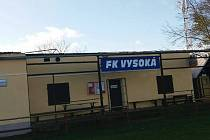 Fotbalové zázemí FK Vysoká. Kabinám ulétla střecha.