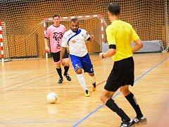 Mělnický Josef Gabčo (v bílém) vstřelil Malibu jeden gól a na jeden přihrál. Za ním Milan Soukup (v růžovém).