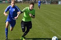 Rejšický David Fidrich si kryje míč před zárybským Filipem Komárkem.