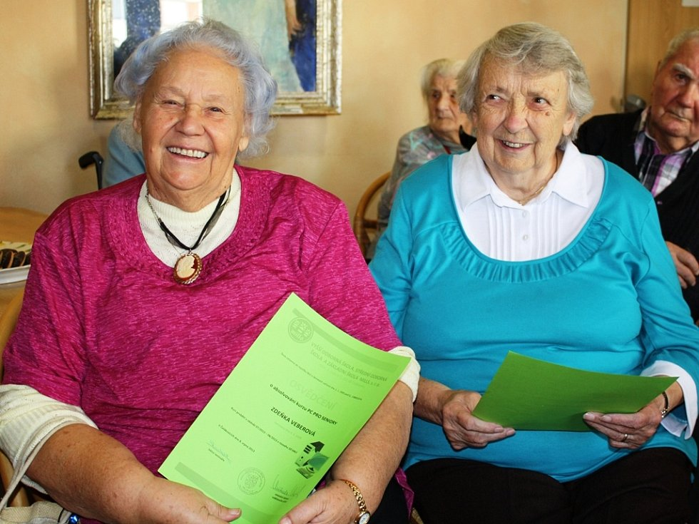 Zdeňka Veberová a Jiřina Vyhnálková (zleva) se v létě zúčastnily počítačového kurzu. Nyní dostaly vysvědčení o tom, že jej zvládly.
