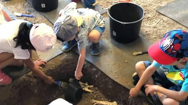 Děti z dětských domovů se pod Řípem proměnily v archeology