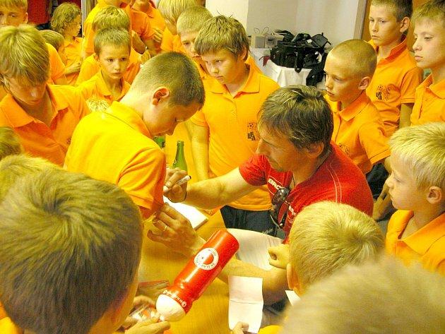 Brankář Slavie Martin Vaniak v palbě otázek malých fotbalistů