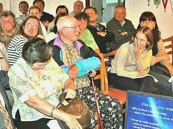 VLNA ODPORU. Desítky lidí ze Sušna se ve čtvrtek v Kropáčově Vrutici hlasitě ozvaly, že elektrárny nechtějí. Svou prezentací je podpořil zastupitel obce Jan Bruthans.