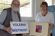 Předseda volební komise a místní kronikář Jaroslav Mašek spolu se starostkou Marcelou Čechovou.