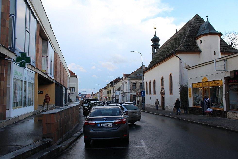 Dnešní podoba ulice. Kostel by si nějakou drobnou opravu opět zasloužil...
