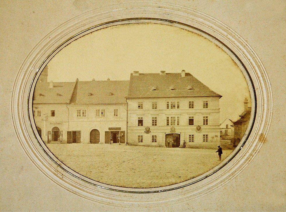 Dům čísla popisného 30 na náměstí Míru. Fotografie z konce 19. století. Dnes Pasáž U Koruny.