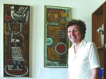 Starostka obce Hana Rašáková s obrazy z Bulharska, které přivezl ochotnický divadelní soubor.