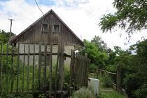 Dům se nachází ve srázu s výhledem do okolí malebné obce Tupadly v Chráněné krajinné oblasti Kokořínsko.