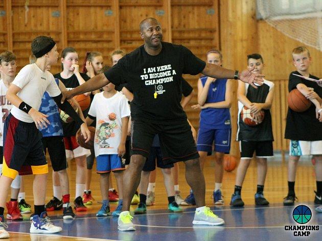 Tradiční prázdninový basketbalový kemp, který se za podpory města Kralupy nad Vltavou uskutečnil na několika tamních sportovištích už po sedmé, přilákal na 130 dětských i dospělých účastníků.
