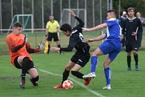 Fotbalisté FC Mělník (v černém) v městském derby přetlačili sousedy z FK Pšovka 1:0 na penalty.