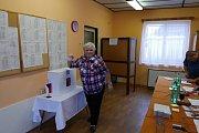 """První den voleb v Ovčárech. První volič zaťukal na dveře přesně ve dvě hodiny, jedna ze členek volební komise v té chvíli akorát prohlásila """"volby za zahájené"""". ."""