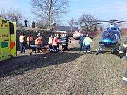 Zavaleného dělníka museli záchranáři převézt letecky do nemocnice Střešovice.
