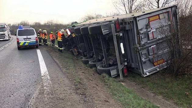 Dopravní nehoda nákladního automobilu, který vezl řepný šrot.