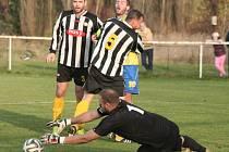 FC Mělník (v pruhovaném) - FK Pšovka Mělník (2:1); 11. kolo I. B třídy; 1. listopadu 2014