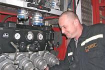 VODU ze zásahových vozů hasiči pravidelně vypouštějí, na snímku se pravidelné údržbě věnuje  jeden z mělnických hasičů Martin Kramný.