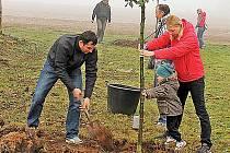 Rodiny z Tuhaně sázely stromy.