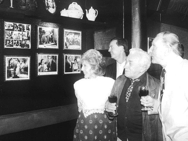 Ljuba Hermanová (vlevo) na výstavě starých filmových fotografií v roce 1994.