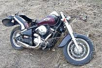 HAVAROVANÝ motocykl Kawasaki VN 800 nebyl registrován, byl osazen pouze převozními značkami.