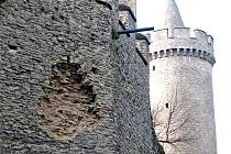 Dutina v obvodové zdi hradu Kokořín.