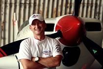 ŽIVOT NAPLNO. Marek Hyka se rád směje, má rád sladké a také akrobatické létání.