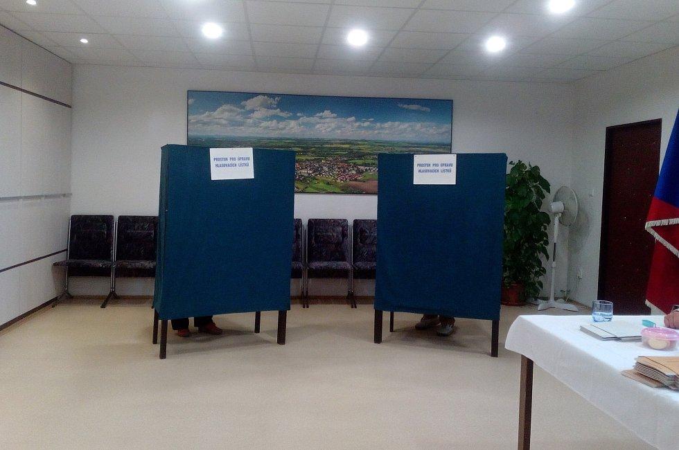 """""""Více než jiné roky,"""" pochvalovala si účast předsedkyně volební komise v Kostelci nad Labem. Ráno to bylo 32 procent a chodili stále další. Od rána především senioři."""