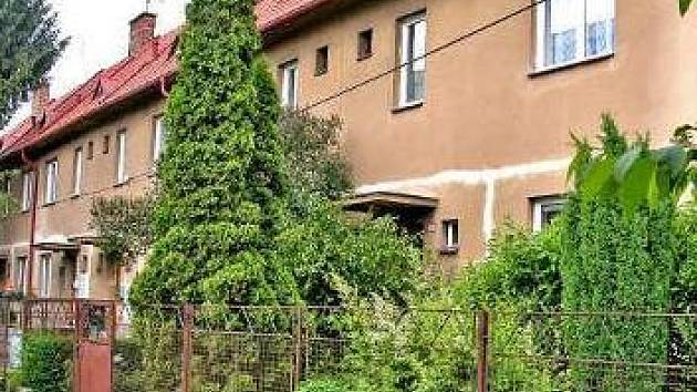 BYDLENÍ V CENTRU.  Dům, o který kupec ztratil zájem, je v ulici U Cukrovaru přímo proti radnici.