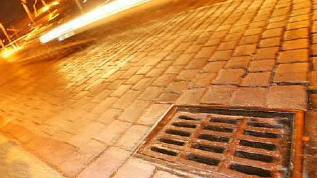 Častým cílem zlodějů v Mělníku jsou mříže kanálových vpustí. Ty prodávají ve sběrnách.