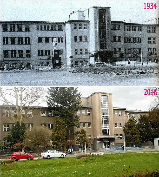 Dvořákovo náměstí. Reálné gymnázium, před nímž stával meteorologický sloup, který nepřežil nálet v roce 1945. Sousoší se odstěhovalo do středu náměstí.