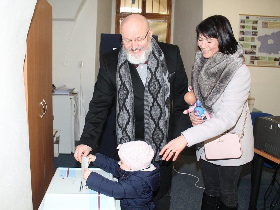 I když se po zpřístupnění volební místnosti č. 1 v budově starobylé radnice v Mělníku netvořily fronty, dvacet minut po zahájení voleb odevzdalo svůj hlas 30 právoplatných voličů z celkového počtu 1600 zapsaných. Mezi prvními byl zdejší starosta Ctirad Mi