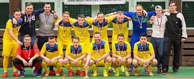 REZERVA Olympiku Mělník převzala po posledním domácím utkání pohár pro vítěze středočeské divize A.