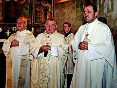 V libišském kostele sv. Jakuba Většího se konala slavnostní mše. Sloužil ji kardinál Dominik Duka (uprostřed), přítomni byli také prezident Arcidiecézní charity Praha páter Stanislaw Góra (vlevo) a neratovický farář Peter Kováč.