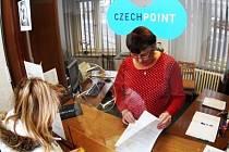Sehnat potřebné dokumenty na jednom místě a neběhat z úřadu na úřad? To umožňuje systém Czech Point.