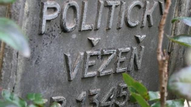 POLITICKÝ VĚZEŇ. Hrob neznámého politického vězně nechali obyvatelé Horních Počapel vystavět poté, co nalezli jeho tělo vypadlé z vlaku na trati do Německa. Neznali však jeho jméno.