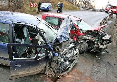 Příliš vysoká rychlost, namoklá vozovka a nedostatečné řidičské umění mladého řidiče. To jsou všechno důvody čelního střetu, který včera dopoledne ochromil dopravu v Nových Ouholicích.