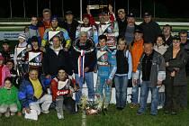 Společný snímek jezdců, realizačního týmu i příznivců Mšena