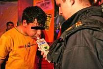 ALKOHOL je pro mladistvé témeř běžným  nočním rozptýlením. Ilustrační foto.