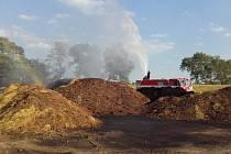 Hasiči likvidovali požár hnoje v Obříství.