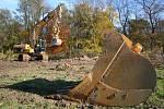 Práce na stavbě protipovodňové hráze v Hoříně.