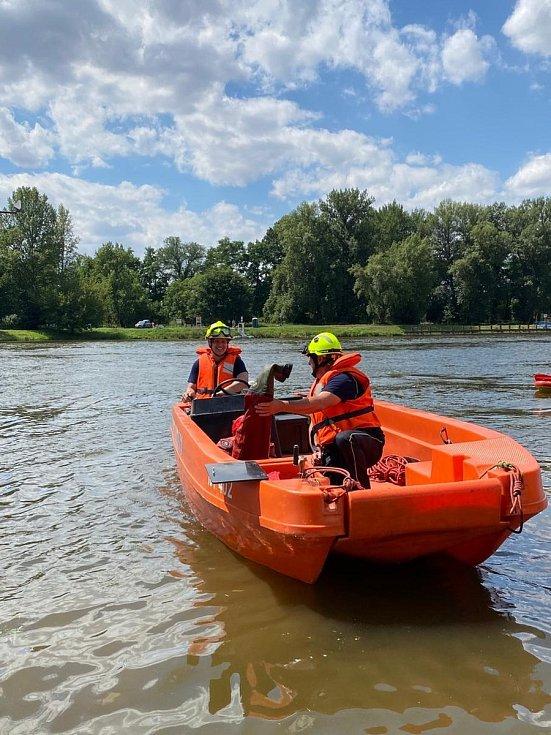 Mělničtí profesionální hasiči procvičovali záchranu tonoucích osob.