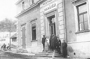Rok 1930. Vchod do hostince U Hanušů, v patře byly hostinské pokoje a směrem k řece byla letní veranda a zahradní restaurace.