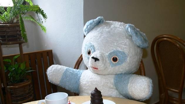 MODRO-BÍLÝ panda je na sladké, ale nepohrdne ani obloženým chlebíčkem, šálkem dobré kávy nebo sklenkou vína...