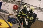 Prověřovací cvičení mělnických hasičů ve společnosti Hydro v Chrástu.