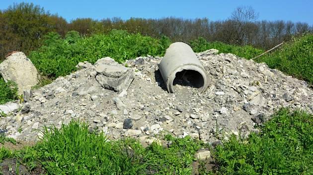 Kalová pole a bývalá čistírna odpadních vod jsou plné odpadů ze staveb.