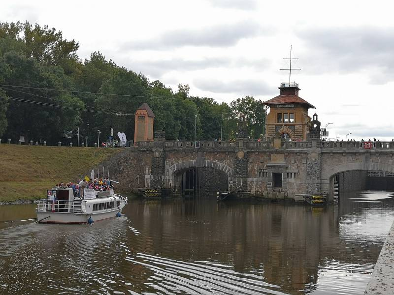 Ze slavnostního zahájení provozu mostů na kanále Vraňany-Hořín.