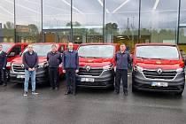Středočeští hasiči převzali nové automobily.