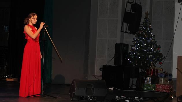 Předvánoční atmosféra v neděli doslova dýchala na všechny návštěvníky Masarykova kulturního domu v Mělníku, kde se uskutečnil Adventní koncert ZUŠ Mělník.