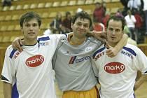 Po domácím utkání s Eco Investmentem se Milan Bouška (vlevo) a Pavel Stejskal fotili se svým bývalým spoluhráčem Martinem Dlouhým. Při páteční odvetě obou celků už ale budou oba Mělníku chybět.