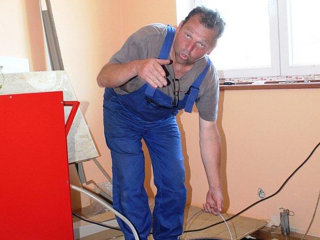 Petr Fuksa už několik dní vysouší stěny domu, který staví pro své rodiče. Během jediného týdne naplnil za použití zapůjčeného vysoušeče už čtyřikrát velký plastový kbelík. A to má vysoušeč puštěný pouze v jedné místnosti...