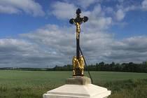 Křížek na Hrombabě byl letos renovován.