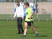 Fotbalisté Libiše (v modrém) prohráli ve sváteční předehrávce 8. kola divize B s vedoucími Zbuzany 0:3.